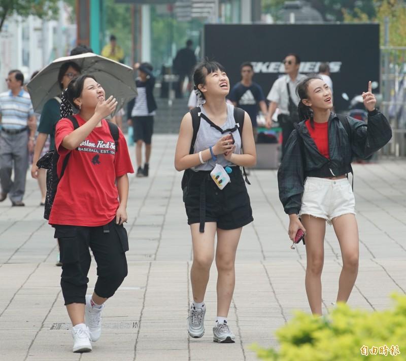 氣象局預估今天梅雨季將提早在5月上旬報到。(資料照)