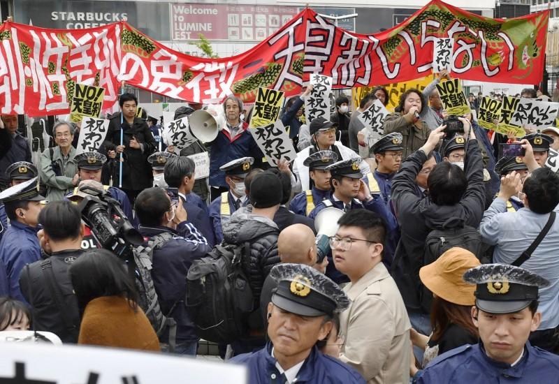 反皇派團體舉行示威活動,並高呼口號遊行。(美聯社)
