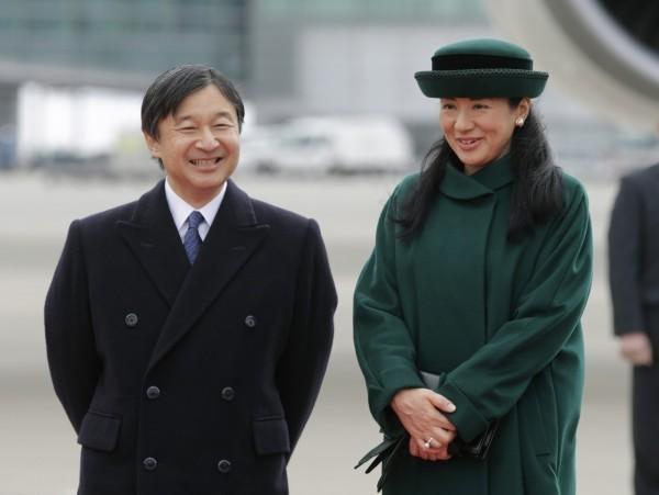 日本德仁皇太子(左)5月1日將登基成為日本天皇。右為皇太子妃雅子。(歐新社)