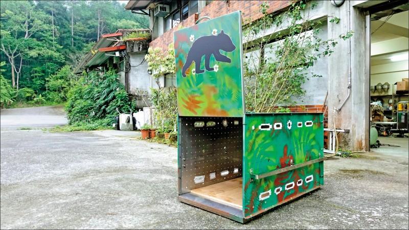 台灣黑熊保育協會特別準備的小黑熊運輸鐵籠,漆成迷彩色、也有小黑熊的剪影圖案,籠子上也有孔洞方便獸醫進行觀察、透氣。(林務局提供)