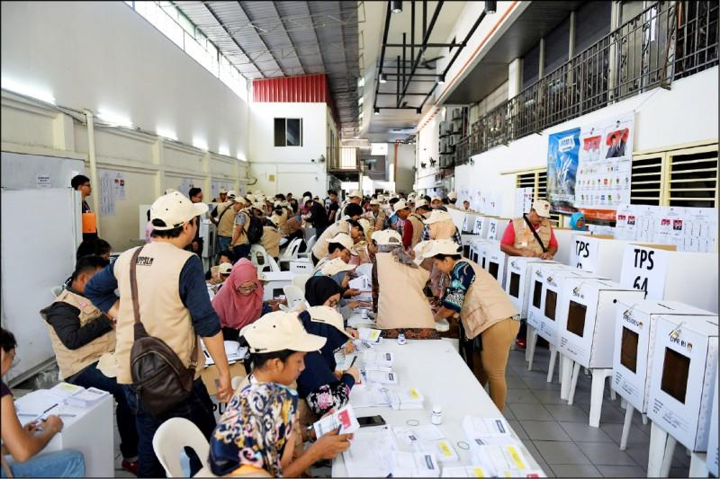 印尼選務人員在四月十七日大選前,忙碌準備海外投票業務。  (法新社檔案照)