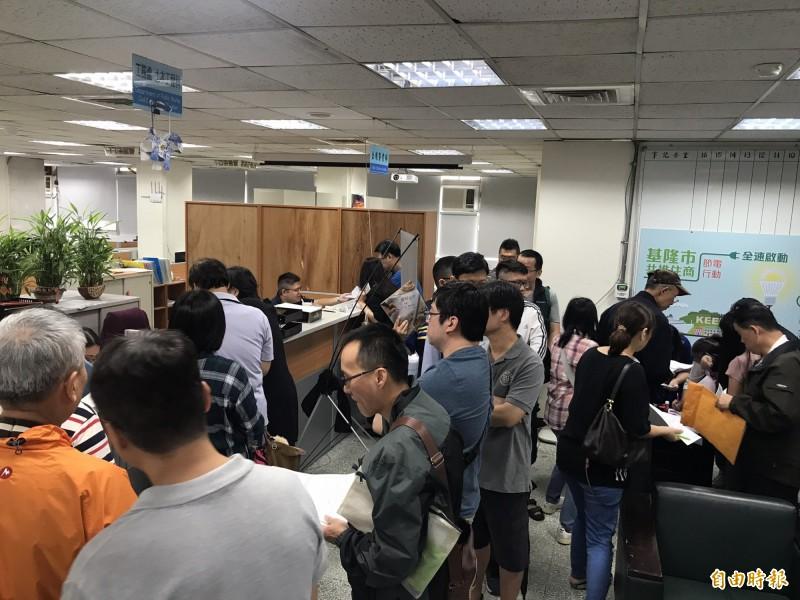 節電補助申請首日遇上51勞動節,基隆市府湧入大批申請人潮。(記者林欣漢攝)