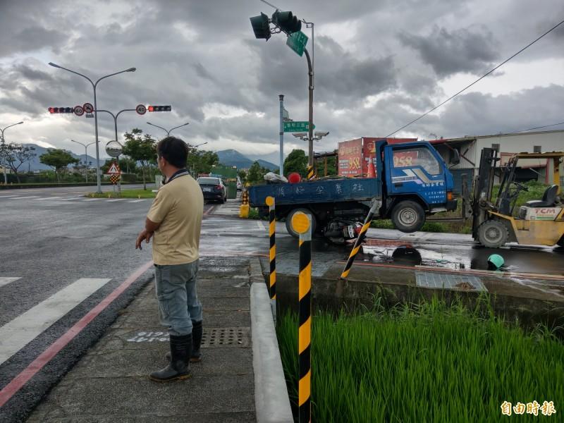 貨車林姓駕駛茫然站在事故現場旁。(記者張議晨攝)