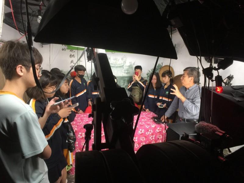 國立苑高學生走進白沙屯媽祖網路電視台攝影棚,了解直播後台的甘苦過程。(駱調彬提供)