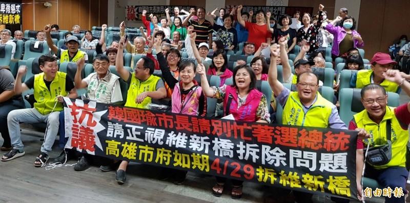地方拉布條高喊「抗議」,請市長韓國瑜「別忙著選總統,要求如期拆橋。(記者陳文嬋攝)