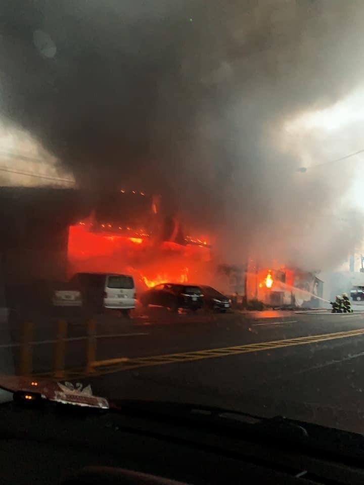 起火點疑似是1間客車服務站或汽車維修廠,消防人員正在調查。(圖擷取自爆料公社)