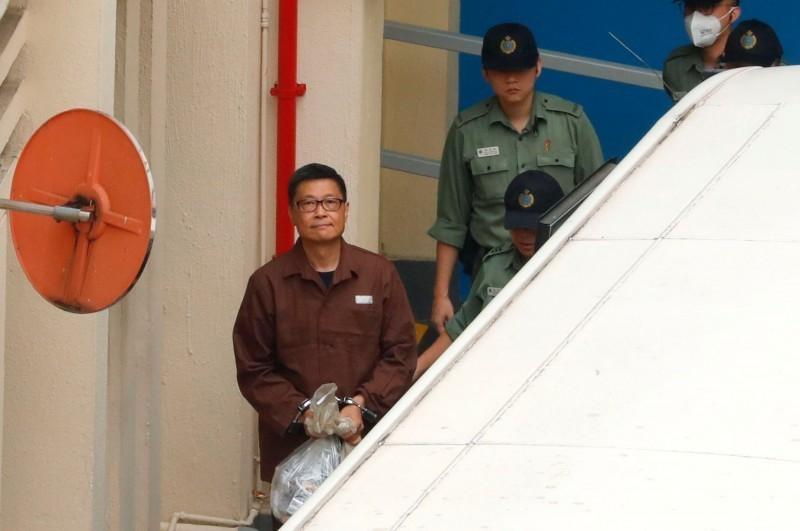 香港西九龍裁判法院24日宣判2014年「佔領中環」運動9名被告的刑期,並陸續移監服刑。圖為被判16個月的陳健民於4月27日移監服刑。(路透)