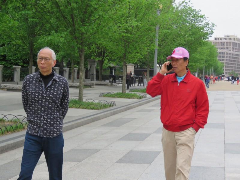 海集團董事長郭台銘(右)美東時間1日上午10時許,頭戴繡有台美國旗的棒球帽,到白宮附近散步。郭台銘表示,下午才會進白宮。另對於是否會見美國總統川普以以及會談內容,他表示不方便多談。(中央社)