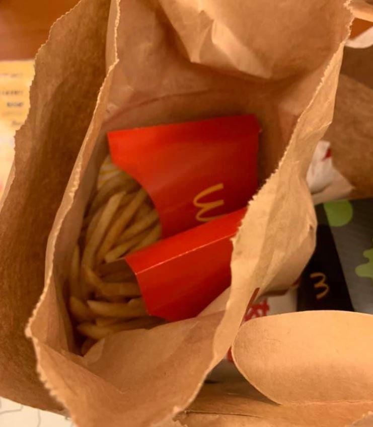 民眾叫速食外送,不料竟被外送員偷吃。(圖擷取自爆怨公社)