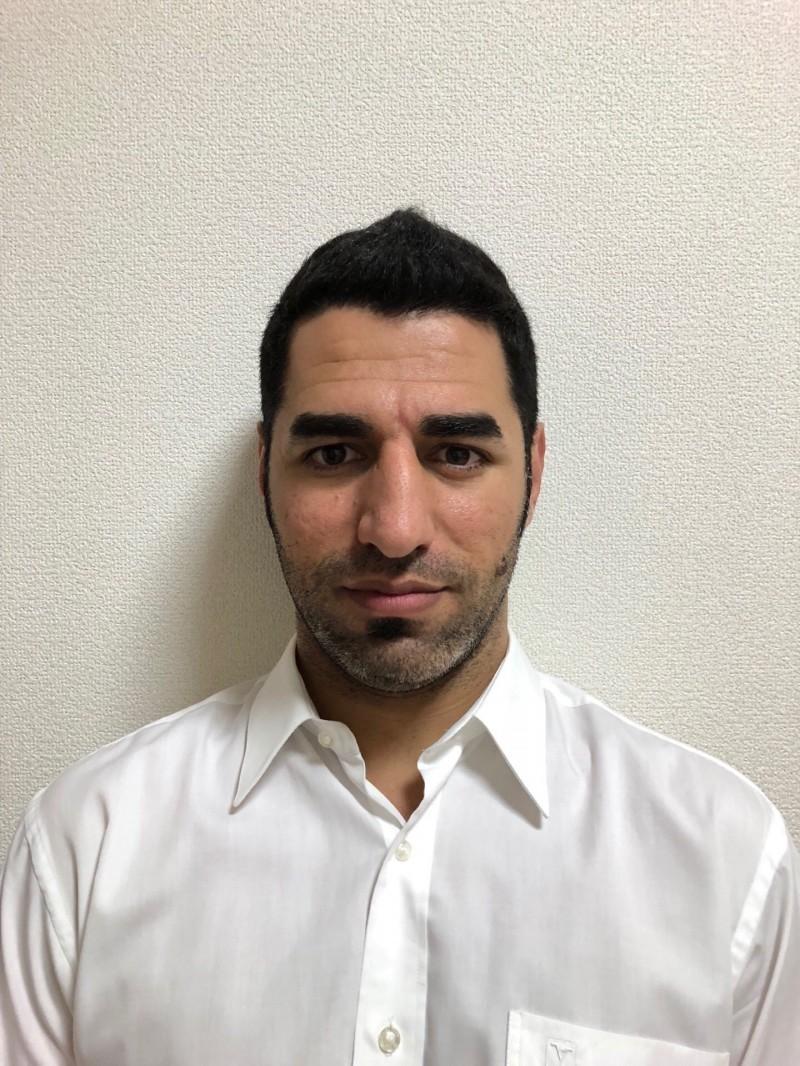 涉嫌殺死岳父母、奪子逃到日本的兇嫌朱姆厄,今天下午打開視訊聲稱他和兒子在巴格達。(記者陳恩惠翻攝)