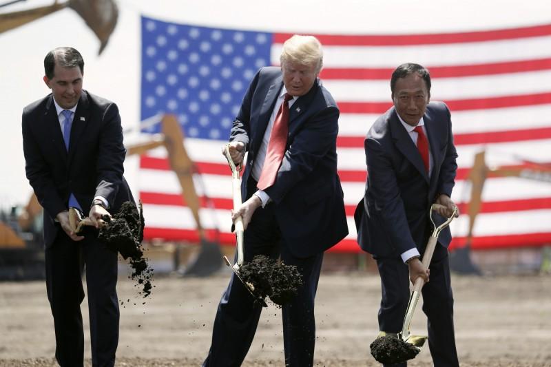 外媒報導,鴻海承諾在當地興建的工廠,「到現在連個影子都沒有」。圖為2017年前威州州長的斯考特‧沃克、川普與郭台銘參加動土典禮照。(美聯社)