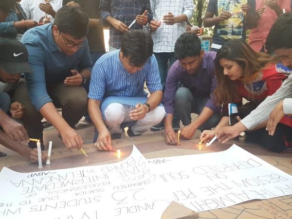 考生尋短事件陸續發生,讓學生們集結起來點蠟燭弔祭死者。(SidharthYadav14@Twitter)
