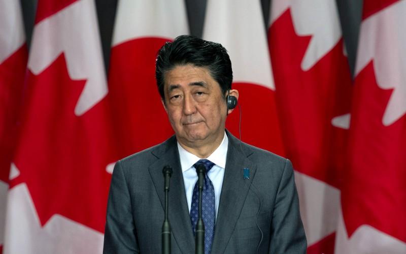 日本首相安倍晉三與新天皇德仁,在和平憲法上立場不同。(資料照,美聯社)