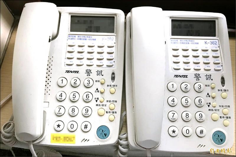 左邊貼有黃色分機號碼的為警用電話,右邊為一般電話。(記者吳昇儒攝)