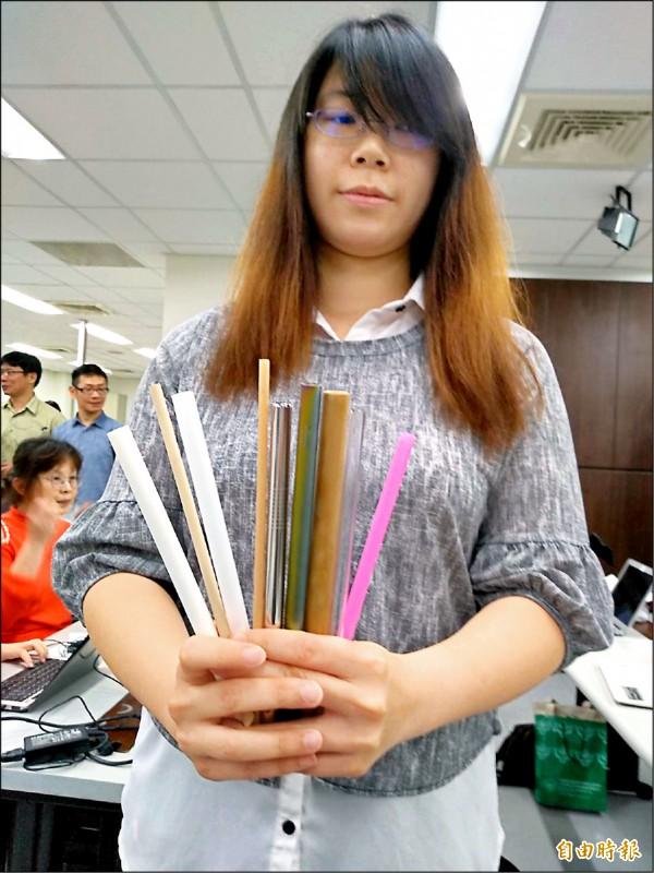 環保署建議業者可選用的替代方式包括,直接喝、紙吸管、生物可分解塑膠、竹吸管、不銹鋼吸管、矽膠吸管。(記者劉力仁攝)