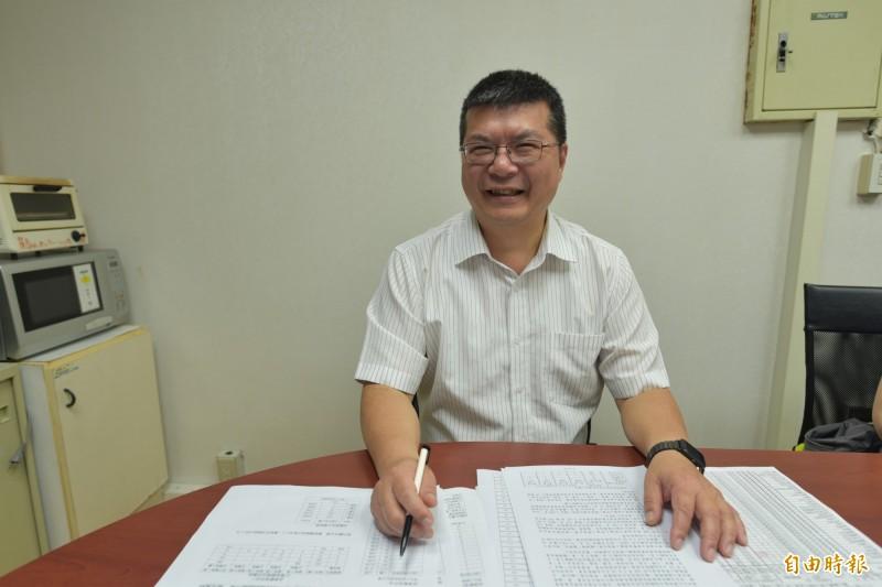 台灣大學註冊組主任李宏森表示,今年台大採取校內聯合分發,95%的科系參加,該制度是要讓考生最多只錄取1個台大科系,也使備取人次比去年大幅下降。(記者吳柏軒攝)