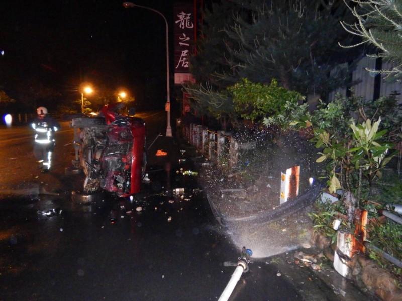 廂型車車頭嚴重毀損。(記者許國楨翻攝)