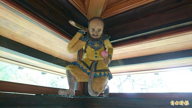 「憨番扛廟角」在日本藝術家手裡結合台南糖廠意象,變成憨番扛甘蔗、手拿冰淇淋的有趣造型。(記者楊金城攝)