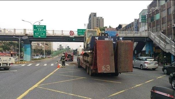 重慶北路四段陸橋上月遭聯結車迎頭撞上,毀損嚴重。(新工處提供)