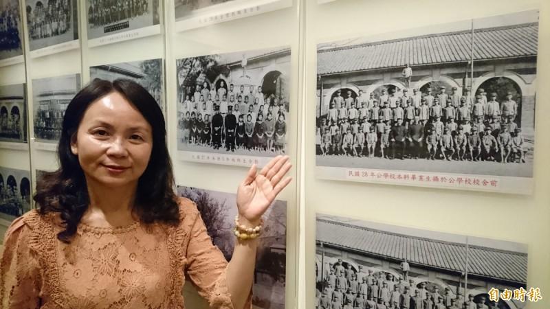學甲國小校長蔡玉葉指著校史館展示的老照片中,就是當年學甲公學校百年校舍。(記者楊金城攝)