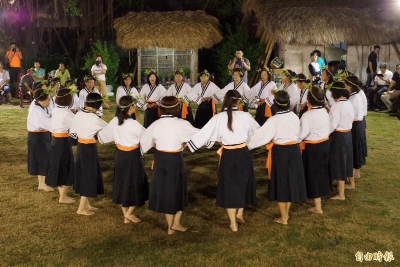 「牽曲」是西拉雅夜祭中重要儀式。(記者楊金城攝)
