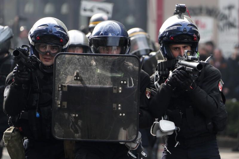 警方為此使用催淚瓦斯及「刺痛防暴手榴彈」反擊,並出動水柱驅散,藉此驅散抗議人群。(歐新社)