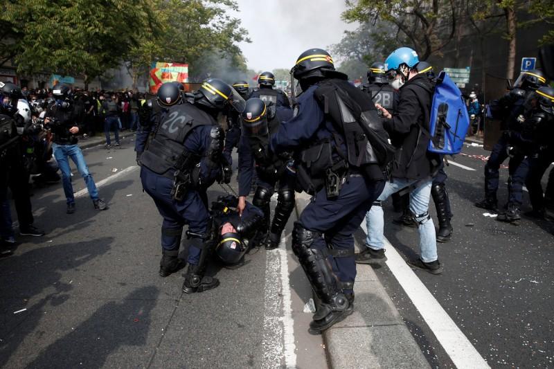 大批群眾於1日國際勞動節當天走上法國巴黎街頭遊行,法國當局動員超過7400警力,但遊行展開不久就有抗議民眾與鎮暴警察發生衝突。(路透)