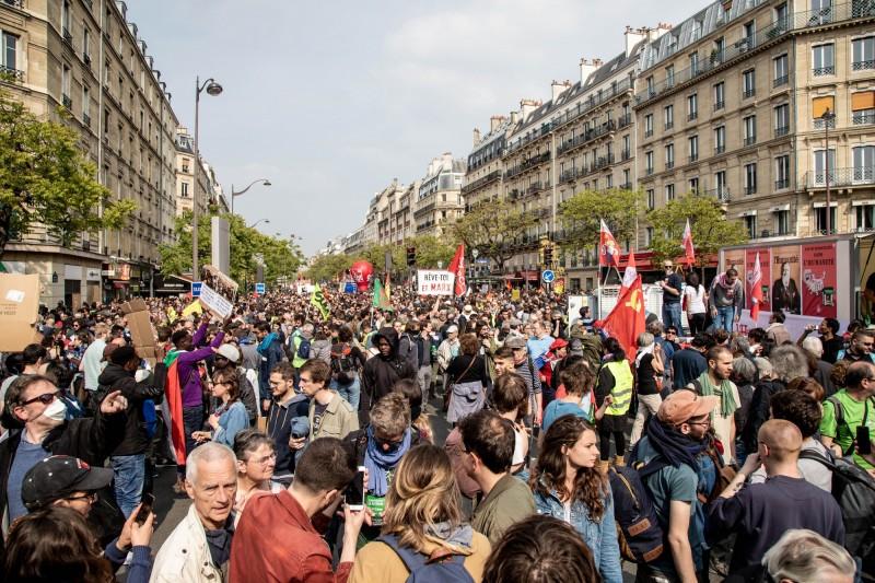大批群眾於1日國際勞動節當天走上法國巴黎街頭遊行。(彭博)