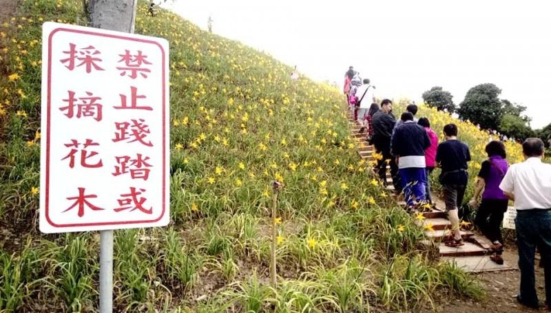 對於遊客的行為,地主實在看不下去,在步道旁設立警告牌。(擷取自爆料公社)