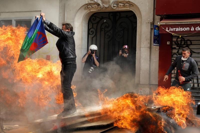 包含工會成員、「黃背心」示威者、反資本主義人士都在1日走上巴黎街頭遊行示威,部份激進份子在遊行開始不久後,就朝警方丟擲瓶罐與人行道脫落的石塊,以及破壞路邊車輛(法新社)