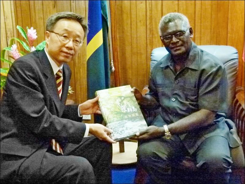 圖為我駐索羅門大使羅添宏於前年二月致贈索國總理蘇嘉瓦瑞「索羅門群島植物誌」。(我駐索羅門大使館提供)