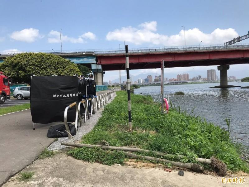 新北市華江橋下發現一具女無名屍,打撈上案後由警方鑑識釐清有無外力介入。(記者吳仁捷攝)