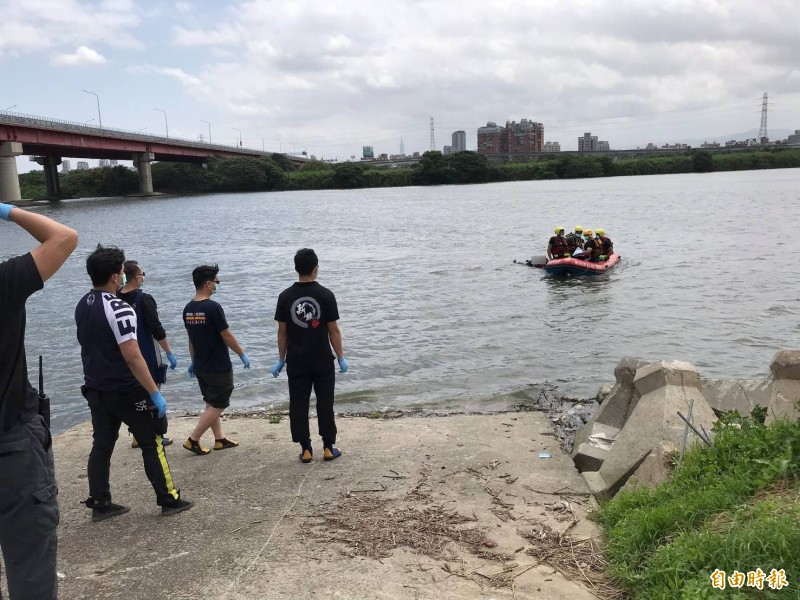 新北市華江橋下發現一具女無名屍,警消人員前往打撈。(記者吳仁捷攝)
