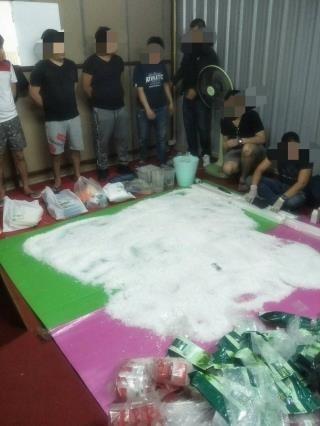調查局與泰、美執法機官聯手,在泰國清邁破獲跨國販毒集團,查扣市價近億元的K他命。(調查局提供)
