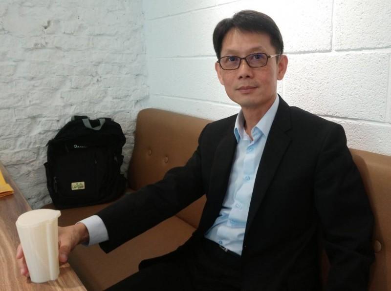 金融業主管劉良成研發「具吸管功能之容器」,為禁用塑膠吸管革命盡心力。(記者洪臣宏翻攝)