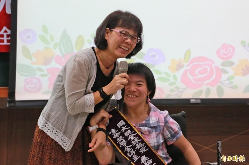陳怡然(右)獲頒2019周大觀熱愛生命獎學金。(記者黃旭磊攝)