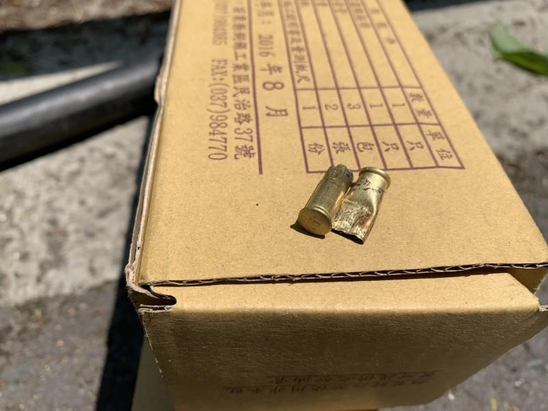 台電工程人員在損壞的電纜處找到彈殼。(記者蔡宗勳翻攝)