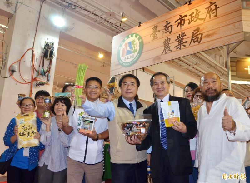 台南品味週熱鬧登場,市長黃偉哲(右3)全力行銷在地農特產品。(記者吳俊鋒攝)