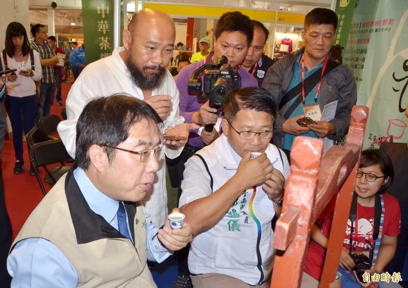 開幕後,市長黃偉哲(左)與各界貴賓一起品茗,感受茶香好滋味。(記者吳俊鋒攝)