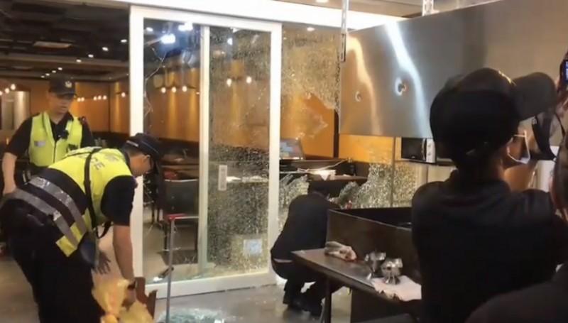 牛排店玻璃被砸碎。(記者王峻祺翻攝)