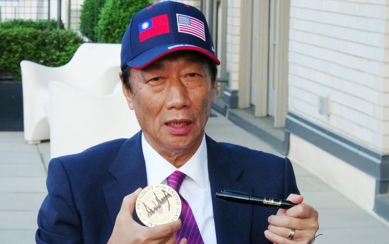 鴻海董事長郭台銘美東時間1日進白宮與美國總統川普會面,他會後向媒體展示川普親筆簽名的杯墊,以及簽名筆。(中央社)