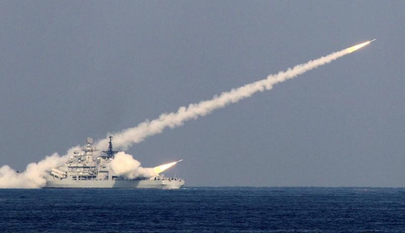解放軍船艦發射飛彈。(路透)