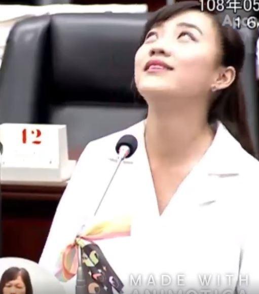 黃捷對於韓國瑜不斷跳真的回答,只好面露無奈苦笑、翻起大白眼。(擷取自臉書)