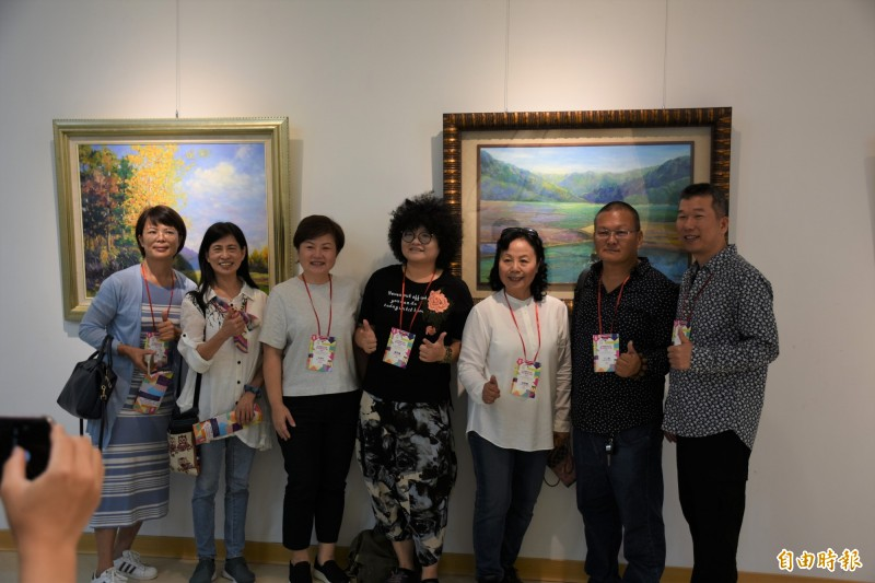 策展人丁仁桐(右2)與各國藝術家為展覽加油。(記者林國賢攝)