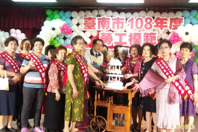 獲獎的模範母親與市長黃偉哲一起切蛋糕慶祝。(記者吳俊鋒攝)