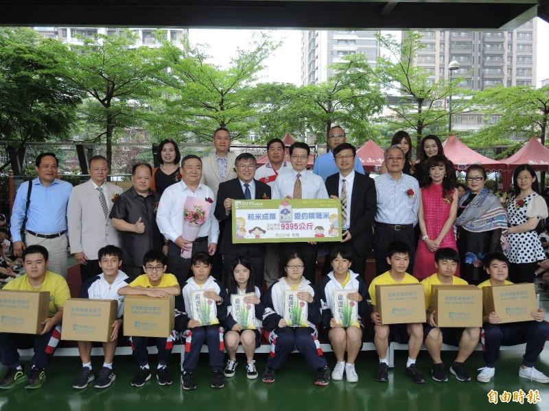 南山高中師生捐助9395公斤白米給安得烈食物銀行。(記者翁聿煌攝)