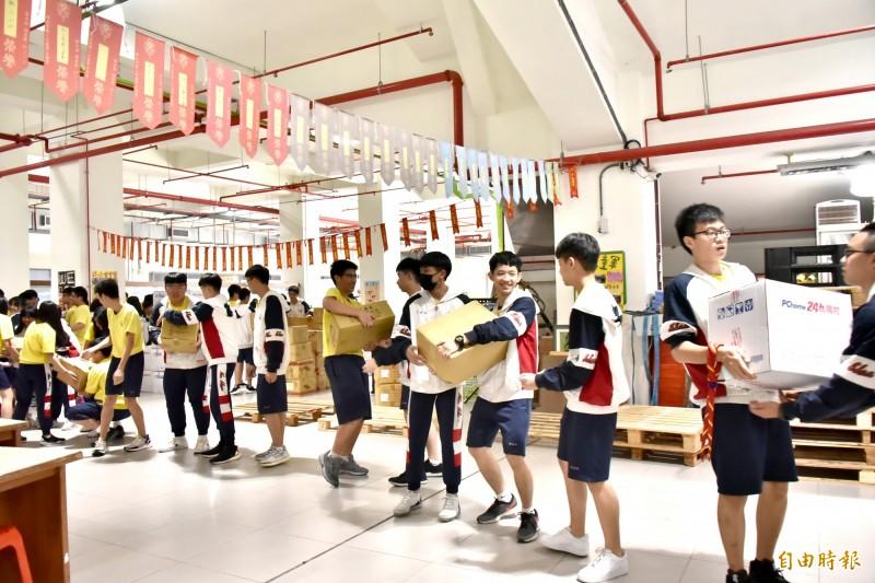 南山高中學生踴躍捐助弱勢白米,享受施比受有福的快樂。(記者翁聿煌攝)