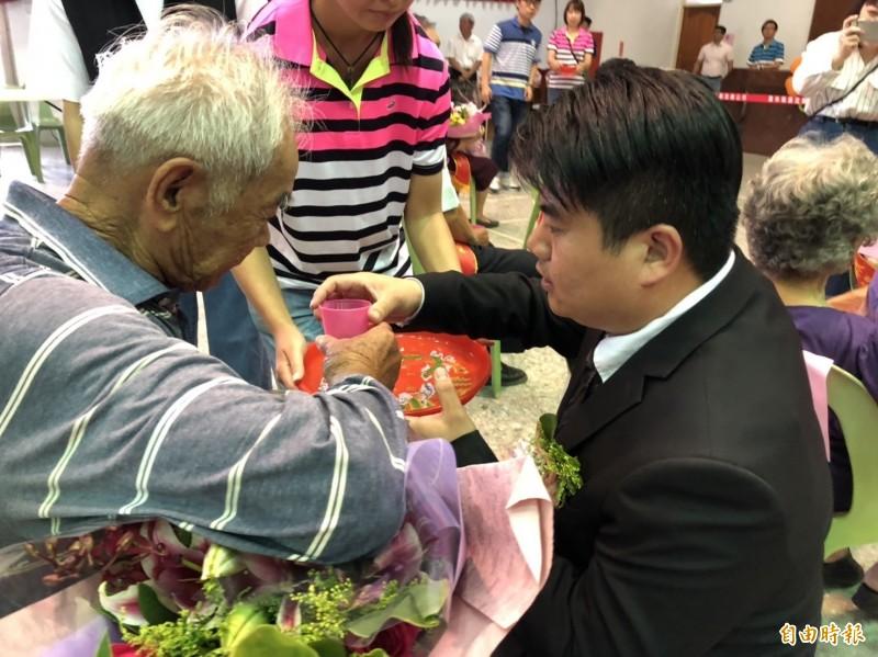 褒忠鄉長陳建名為模範父親奉茶。(記者廖淑玲攝)