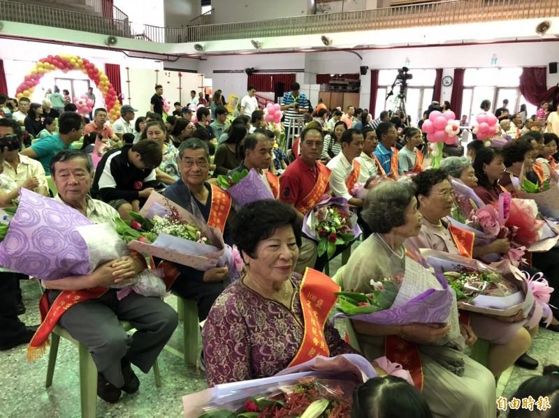 褒忠鄉公所一口氣表揚鑽石婚及模範母親、模範父親。(記者廖淑玲攝)