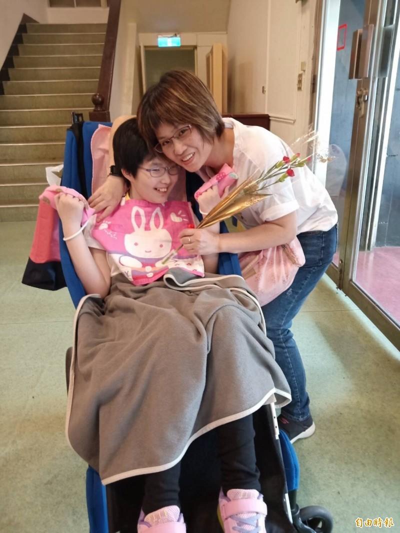 小瑜與媽媽感情深厚。(記者楊綿傑攝)